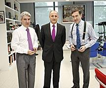 Casimiro García-Abadillo, Miguel Sebastián y Pedro J. Ramírez, en la sede de El Mundo.