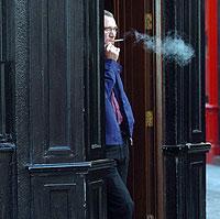 Un hombre fumando en Dublín. Desde hace un año, no está permitido el tabaco en los lugares públicos irlandeses. (Foto: John Cogill | AP Photo)