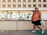 Un hombre obeso pasea por Santa Bárbara, EEUU. (Isaac Hernández   Imagen de archivo)
