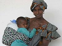 Una madre y su hijo esperan para ser atendidos por un médico en el Hospital Principal en Dakar, Senegal. (Foto: Pierre Holtz | EFE)