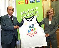 La ministra de Sanidad y el presidente de la ACB tras firmar el acuerdo.