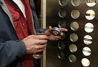 Un hombre sueco sostiene una lata de 'snus' junto a una máquina expendedora de esta clase de tabaco (Foto: AP Photo | Bertil Ericson)