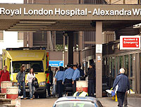 Una ambulancia llega al Royal London Hospital, en Whitechapel. (Foto AP)