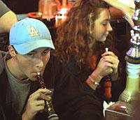 Estudiantes fumando en cachimba en un bar de California (Foto: Isaac Hernández)