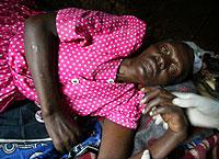 Una mujer con sida recibe un masaje en las manos de un trabajador sanitario en Nairobi. (Foto: AP)