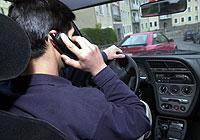 Un conductor hablando por el móvil. (Foto: Iñigo Ibañez)