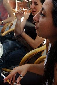 Jóvenes fumando en un bar. (Foto: AP)