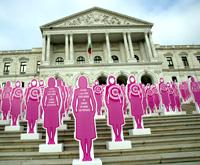 Una exposición de muñecas rosas frente al parlamento Portugués recuerda la importancia de la detección precoz (Foto: EFE | Antonio Cotrim)