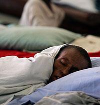 Un paciente con VIH duerme en un hospital de Guinea (Foto: Reuters)