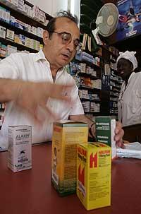 Un farmacéutico en Dakar (Senegal) muestra los tratamientos disponibles en su establecimiento. (Foto: AP | Schalk van Zuydam)