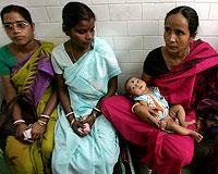 Mujeres indias esperan para hacerse el test de VIH. (Foto: Reuters)