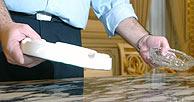 Un operario retira los ceniceros del Ministerio de Administraciones Públicas. (Foto: EFE)
