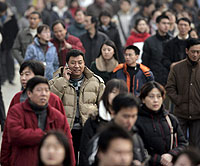 Cientos de personas pasean por una calle de Beijing. (Foto: EFE)