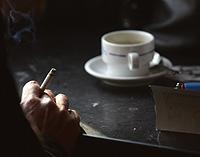 Un hombre fuma un cigarro en el Café Gijón, de Madrid (Foto: J.C.Hidalgo   EFE)
