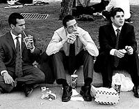 Varios ejecutivos comen en un parque (Foto: El Mundo)