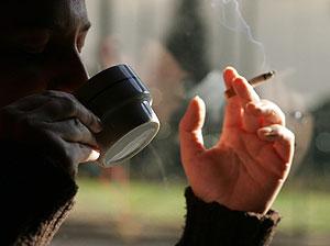 Un fumador en un café madrileño (Foto: J.C.Hidalgo | EFE)