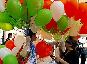 Raquel, repartiendo globos el día mundial del linfoma (Foto: AEAL)