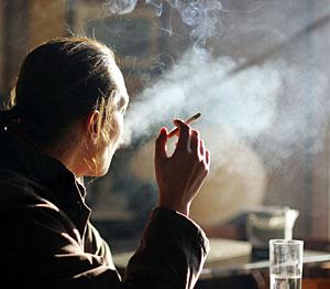Una mujer fumando en una cafetería de Aranjuez (Foto: AFP   Pedro Armestre)