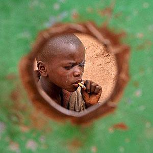 Un niño senegalés fumando un cigarrillo (Foto: EFE | Pierre Holtz)