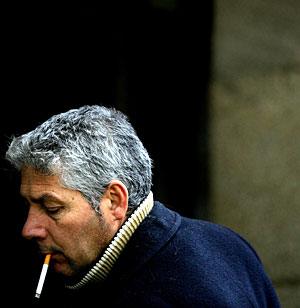 Un fumador en una calle de Pontevedra (Foto: Reuters | Miguel Vidal)