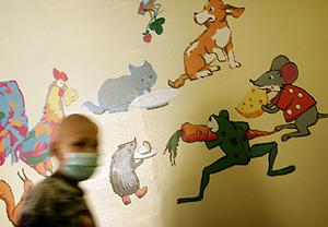 Un niño con cáncer pasea por un hospital de Kiev, en Ucrania (Foto: Reuters | Damir Sagolj)