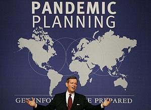 El secretario estadounidense para la Salud y Servicios Humanos, Michael Leavitt, en una cumbre sobre la posible pandemia de gripe aviar. (Foto: Damian Dovarganes | AP)