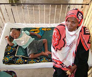 Sada junto a su sobrino Ali, enfermo de malaria, en un hospital de Tanzania (Foto: EFE | I. Coello)