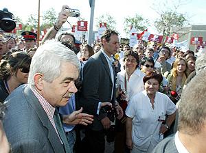 El presidente de la Generalitat, abucheado a su llegada al Hospital de Bellvitge (Foto: Antonio Moreno)