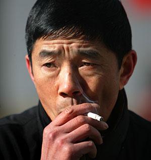 Un fumador chino en Pekín (Foto: Reuters | Jason Lee)