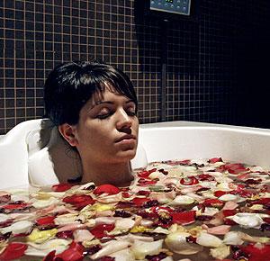 Una mujer se relaja tomando un baño. (Foto: Jaime Villanueva)