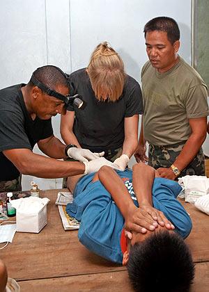 Tres personas circuncidan a un niño en Filipinas. (Foto: REUTERS)