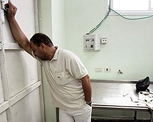 Un hombre se lamenta en el tanatorio de la ciudad de Beit Lahiya (Foto: Pier Paolo Cito AP )