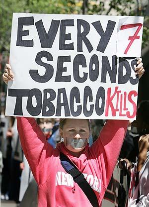 Una activista antitabaco protesta ante la sede de Altria-Philip Morris en Nueva York. (Foto: AFP)