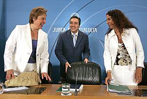 María José Montero (d) anuncia la aprobación del proyecto de ley. (Foto: Julio Muñoz   EFE)