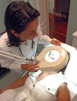 Una doctora pasa consulta en una Clínica de cirugía plástica. (Foto: Carlos Miralles)