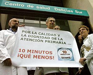 Médicos concentrados a las puertas de un ambulatorio de Zaragoza (Foto: J. Cebollada   EFE)
