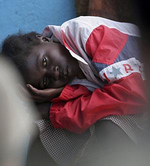 Una joven africana espera su tratamiento contra la tuberculosis. (Foto: Reuters | T. Mukoya )