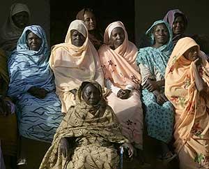 Mujeres de Sudán aprenden a utilizar una mosquitera para evitar la malaria. (Foto: Reuters)