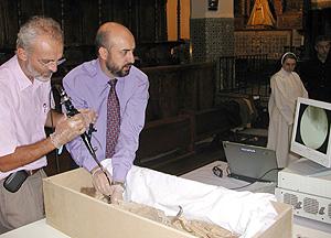Los científicos analizan a Don Sancho en el interior del monasterio (Foto: Hospital Clínic)