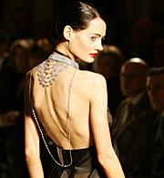 Una modelo desfila en la Semana de la Moda de París. (Foto: AP | F. Mori)