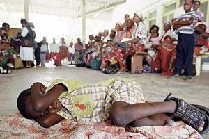 Un niño espera para someterse a la prueba de la malaria en Manhiça, Mozambique. (Foto: AP)