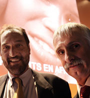 Robert Sebbag (izqda.), de Sanofi, con Bernard Pecoul, del DNDi. (Foto: AFP)