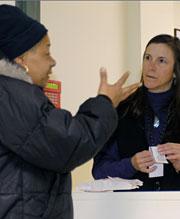 La farmacéutica, Susan Lattier (dcha.), con una clienta (Foto: J. Sommers)