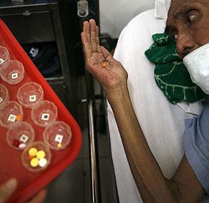 Un paciente recibe su medicación para el sida en Tailandia. (Foto: Reuters)
