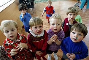 Un grupo de niños en el hospital de enfermedades infecciosas, especializado en el tratamiento del sida, en Rusia. (Foto: AP)