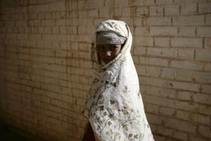 Una niña sudanesa espera en una clínica de salud pública de Marzouk, en una imagen de archivo (Foto: W. Rattay | REUTERS)