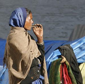 Una mujer fuma en Nueva Delhi. (Foto: Desmond Boylan   REUTERS)