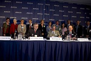 El director del NCI, junto a representantes de ASCO y de asociaciones de pacientes (Foto: © ASCO/Todd Buchanan)