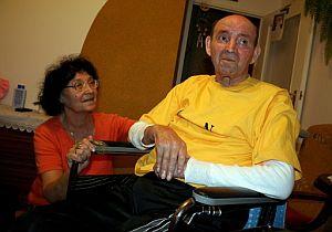 Jan Grzebski, en silla de ruedas, junto a su esposa. (Foto: EFE)