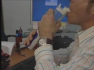Un paciente tomando la insulina inhalada. (Imagen obtenida de un vídeo de Pfizer)